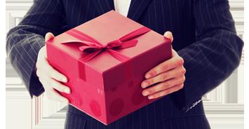 pan trzyma prezent